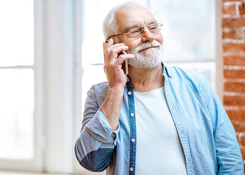 persona mayor llamando por teléfono a la clínica